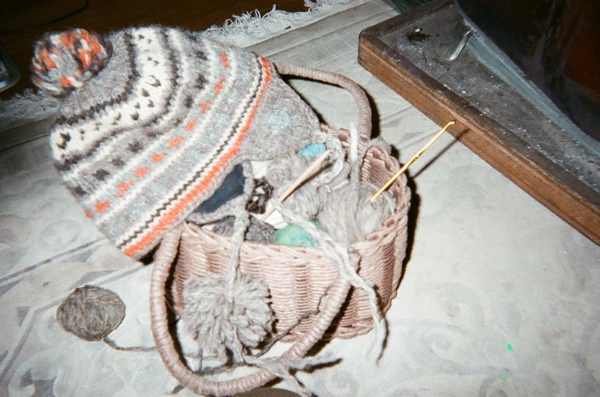 草木染した羊毛を編む