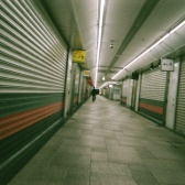 帰宅すると高架下の商店街も閉まっている。